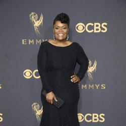 Yvette Nicole Brown posa en la alfombra roja previa a los premios Emmy 2017