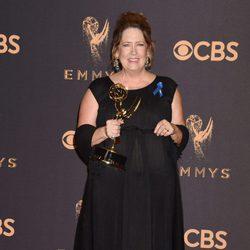 Ann Dowd con su Emmy 2017 a mejor actriz de reparto de una serie de drama