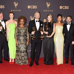 El equipo de 'San Junipero' con sus dos Emmy 2017 a mejor película para televisión y mejor guion