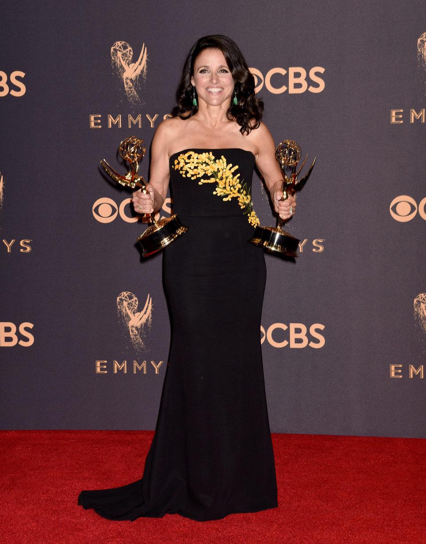Julia Louis-Dreyfus con su Emmy 2017 a la mejor actriz de comedia