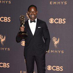 Sterling K. Brown con su Emmy 2017 al mejor actor de una serie dramática