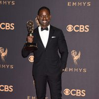 Sterling K. Brown con su Emmy 2017 al mejor actor de una serie dramática