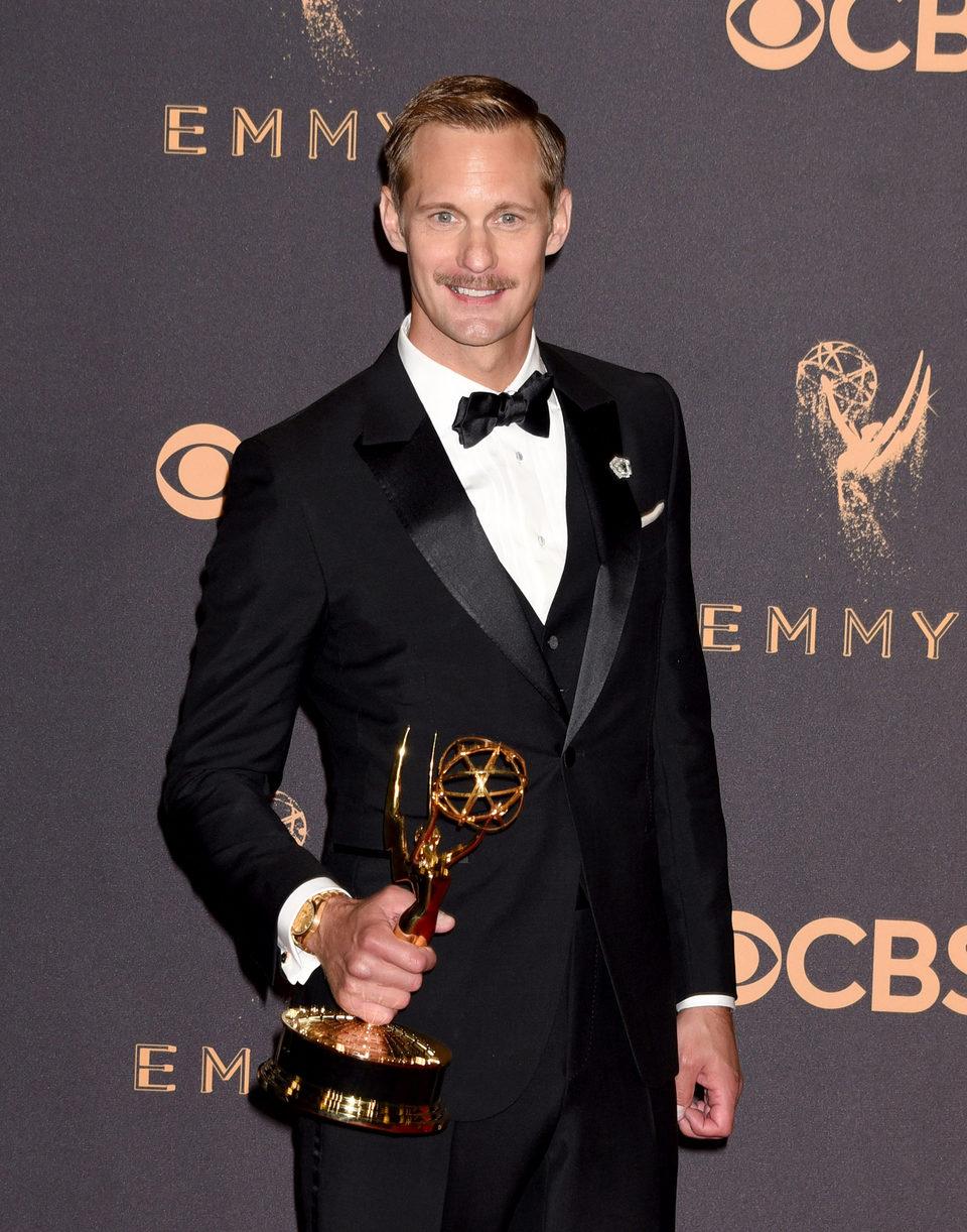 Alexander Skarsgard con su Emmy 2017 al mejor actor de reparto de una miniserie