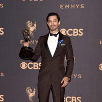 Riz Ahmed con su Emmy 2017 a mejor actor de una miniserie