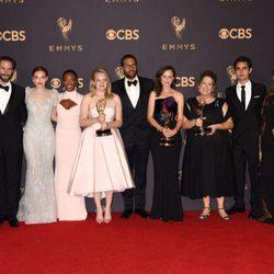 Los protagonistas de 'The Handmaid's Tale' con su Emmy 2017 a la mejor serie de drama