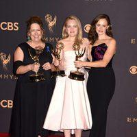 Ann Dowd, Elisabeth Moss y Alexis Bledel con sus Emmy 2017 por 'The Handmaid's Tale'