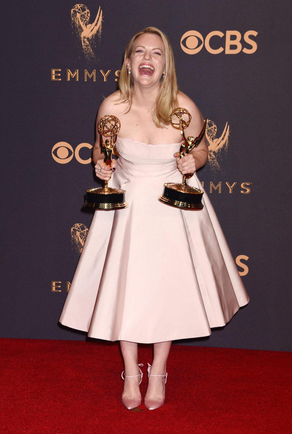 Elisabeth Moss con su Emmy 2017 a la mejor actriz de una serie de drama