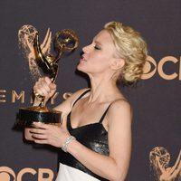 Kate McKinnon con su Emmy 2017 a la mejor actriz de reparto de comedia