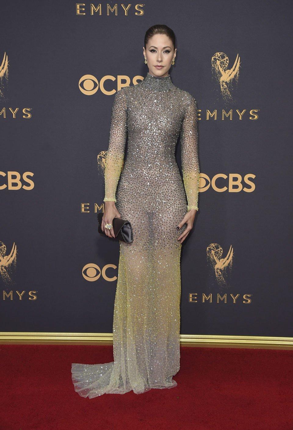 Amanda Crew en la alfombra roja de los Emmy 2017