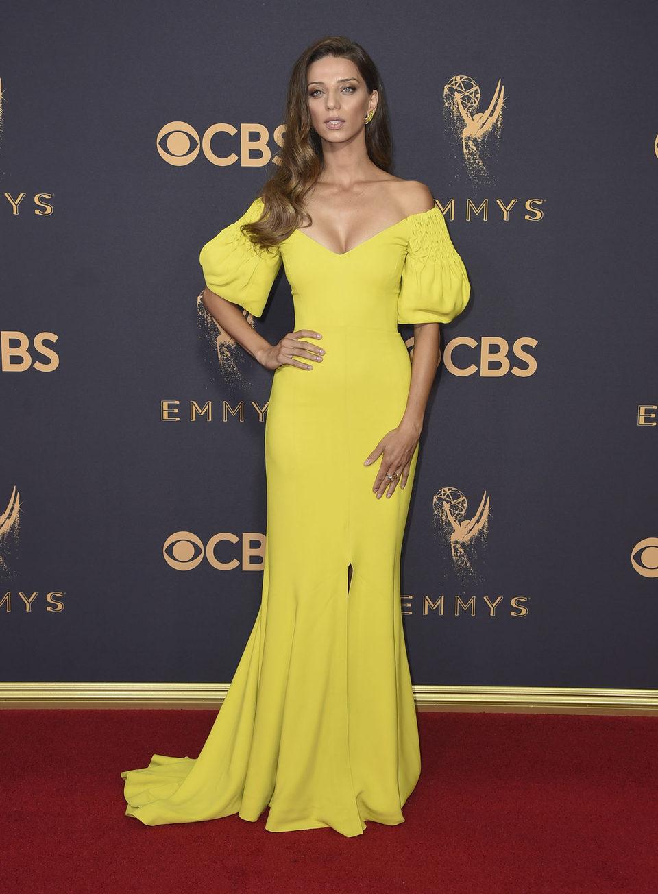 Angela Sarafyan en la alfombra roja de los Emmy 2017