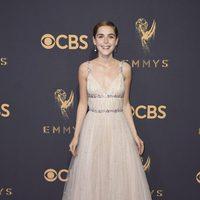 Kiernan Shipka en la alfombra roja de los Emmy 2017