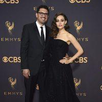 Sam Esmail y Emmy Rossum en la alfombra roja de los Emmy 2017