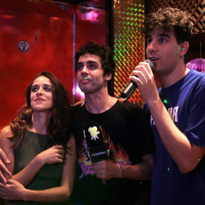 Macarena García y los javis cantan en un karaoke
