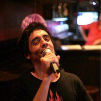 Javier Ambrossi canta intensamente