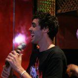 Javier Ambrossi se divierte cantando en un karaoke