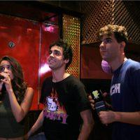 Macarena García y los Javis viviendo la música en un karaoke
