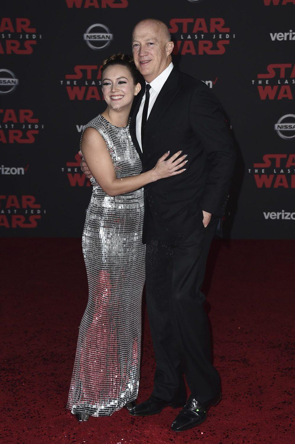 Billie Lourd y su padre Bryan Lourd en la premiere de 'Star Wars: Los últimos Jedi'