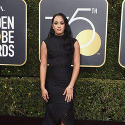 Simone Garcia Johnson en la alfombra roja de los Globos de Oro 2018