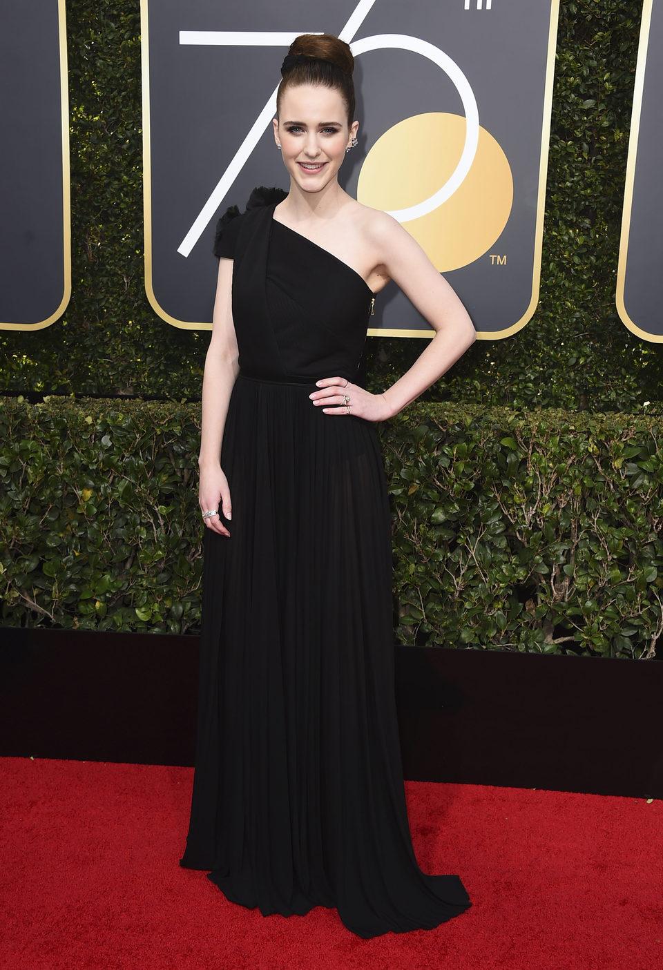 Rachel Brosnahan en la alfombra roja de los Globos de Oro 2018