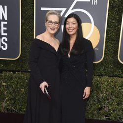 Meryl Streep y Aj-jen Poo en la alfombra roja de los Globos de Oro 2018