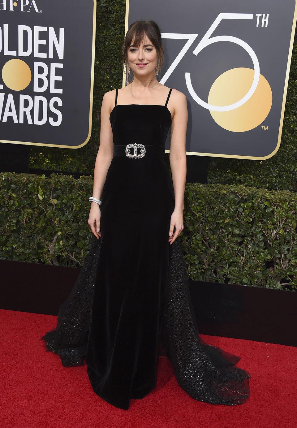 Dakota Johnson en la alfombra roja de los Globos de Oro 2018