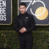 Nick Jonas en la alfombra roja de los Globos de Oro 2018