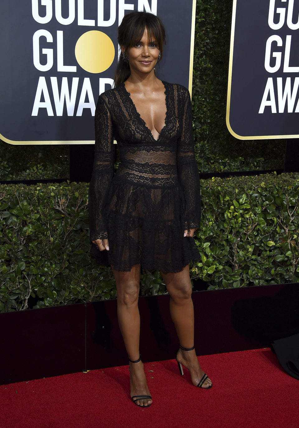halle berry en la alfombra roja de los globos de oro 2018. Black Bedroom Furniture Sets. Home Design Ideas