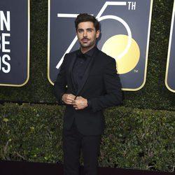 Zac Efron en la alfombra roja de los Globos de Oro 2018