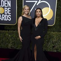 Reese Witherspoon y Eva Longoria at the Golden Globes 2018 red carpet