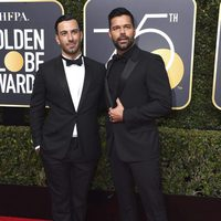 Ricky Martin y Jwan Yosef en la alfombra roja de los Globos de Oro 2018