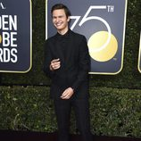 Ansel Elgort en la alfombra roja de los Globos de Oro 2018