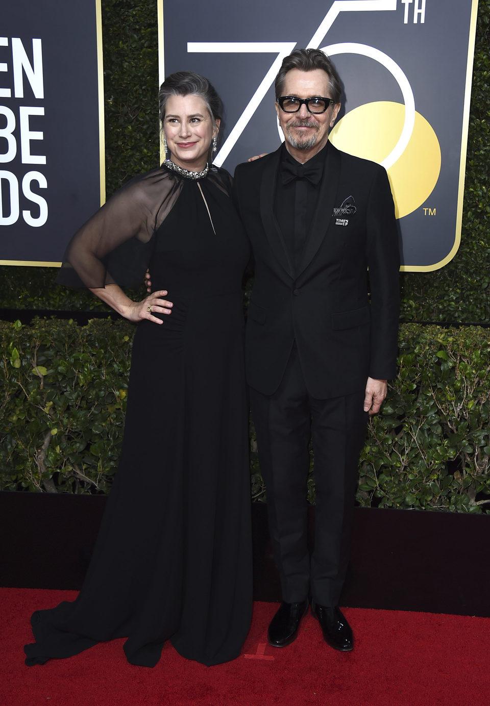 Gary Oldman y su mujer  en la alfombra roja de los Globos de Oro 2018