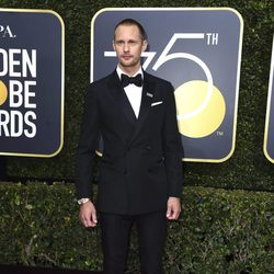 Alexander Skarsgård en la alfombra roja de los Globos de Oro 2018