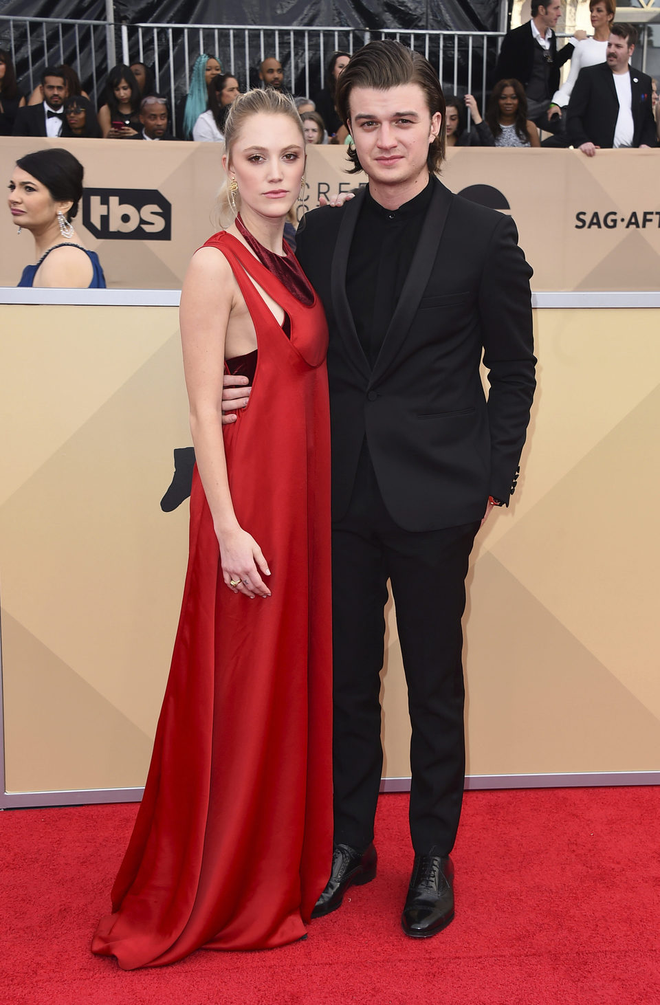Joe Keery y su pareja Maika Monroe en la alfombra roja de los SAG 2018