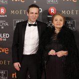 Gustavo Salmeron y Julita posan en la alfombra roja de los Goya 2018