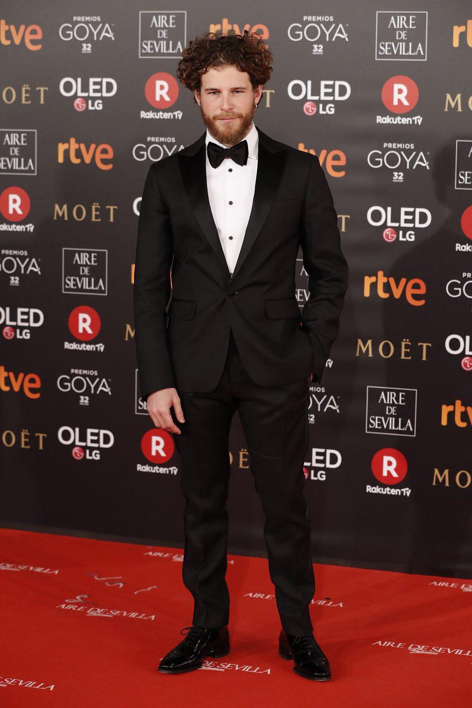 Álvaro Cervantes en la alfombra roja de los Premios Goya 2018