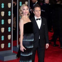 Leslie Bibb y Sam Rockwell en la alfombra roja de los BAFTA 2018