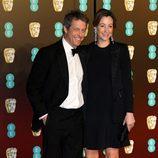 Hugh Grant y Anna Eberstein en la alfombra roja de los BAFTA 2018