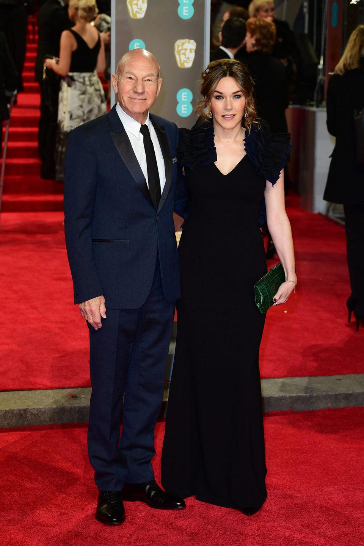 Patrick Stewart y Sunny Ozell en la alfombra roja de los BAFTA 2018