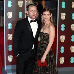 Jamie Bell y Kate Mara en la alfombra roja de los BAFTA 2018