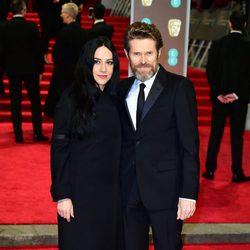 Willem Defoe y Giada Colagrande en la alfombra roja de los BAFTA 2018