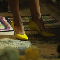 La niña de tacones amarillos