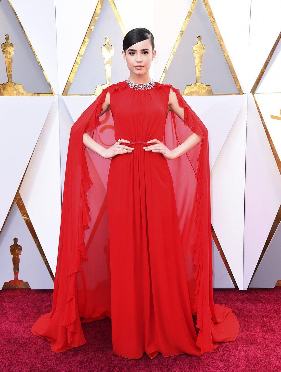 Sofia Carson posa en la alfombra roja de los Oscar 2018