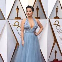 Kelly Marie Tran posa en la alfombra roja de los Oscar 2018
