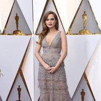 Zoey Deutch posa en la alfombra roja de los Oscar 2018