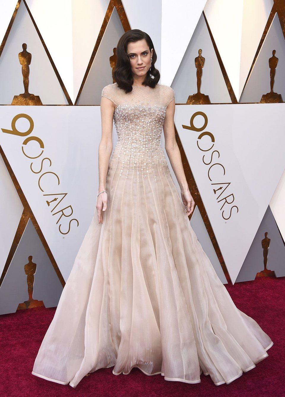 Allison Williams posa en la alfombra roja de los Oscar 2018