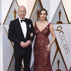 Patrick Stewart y su mujer en la alfombra roja de los Oscar 2018