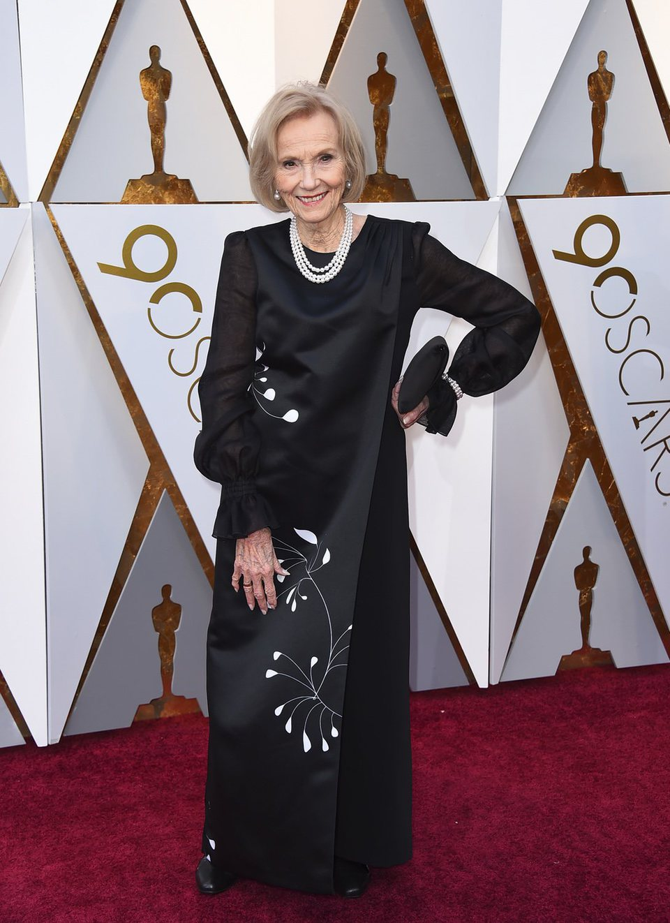 Eva Marie Saint posando para los fotógrafos en la alfombra roja de los Oscar