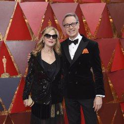 Paul Feig y su mujer en la alfombra roja de los Oscar 2018