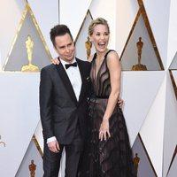 Sam Rockwell y Leslie Bibb en la alfombra roja de los Oscar 2018